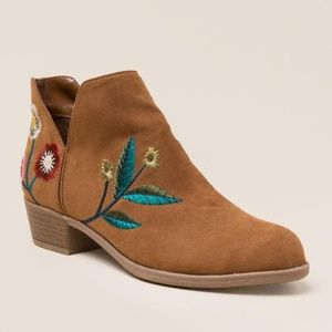 Shoes - Embroidered tan booties